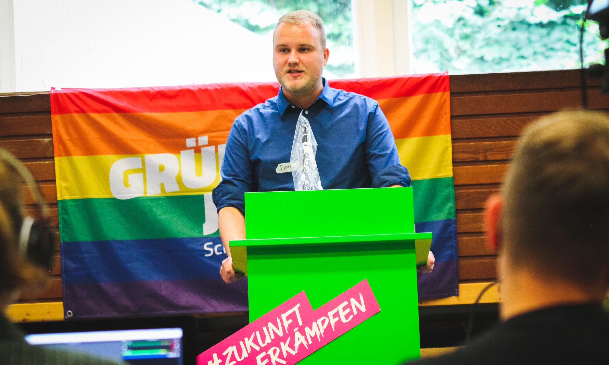 Bild von Finn hinter dem Redepult auf der LMV